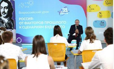 """Podczas lekcji z Putinem uczeń poprawił jego błąd, gdy mówił o historii. Dyrektorka szkoły potępiła """"nieskromne"""" zachowanie ucznia, ale nauczycielka go pochwaliła"""