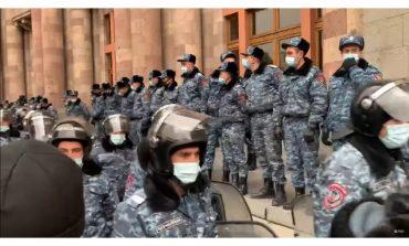 W Baku defilada zwycięstwa, a w Erywaniu protesty i akcje przeciwko premierowi (WIDEO)