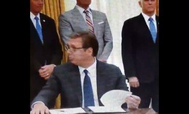 W Białym Domu podpisano historyczną umowę między Serbią i Kosowem. Wydarzeniu towarzyszyły jednak kuriozalne okoliczności (WIDEO)