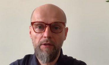 Znany rosyjski reżyser Iwan Wyrypajew protestuje pod ambasadą Rosji w Warszawie
