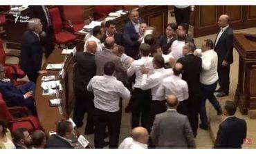 Bijatyka posłów w Armenii. Musiała interweniować straż parlamentarna (WIDEO)