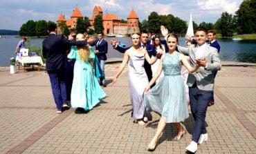 Tradycyjny polonez nie tylko w Wilnie, ale także w Trokach. Maturzyści zatańczyli na tle zamku trockiego