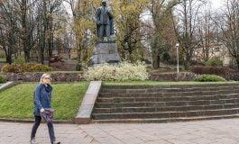 Dekomunizacja w Wilnie: Władze usuwają pomnik pisarza i działacza politycznego Petrasa Cvirki