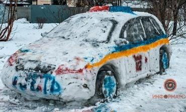 Mieszkańcy Dniepru ulepili ze śniegu radiowóz i wezwali policję
