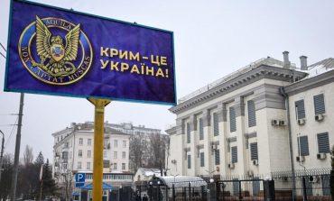 """SBU umieściła na bilbordzie przed rosyjską ambasadą w Kijowie plakat z napisem """"Krym to Ukraina"""""""